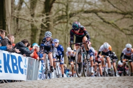 Tiffany Cromwell attacks the final metres of the Kemmelberg - Women's Gent Wevelgem 2016 ©Velofocus