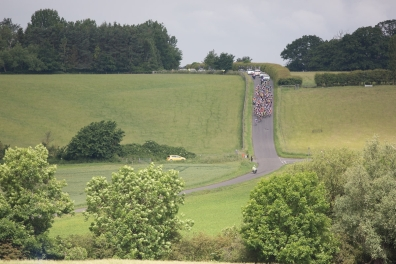 The peloton hurtles down a steep but short descent during the Aviva Women's Tour 2016 - Stage 2. A 140.8 km road race from Atherstone to Stratford upon Avon, UK on June 16th 2016. ©Velofocus