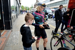Tiffany with a young fan at the start of Stage 4 start ©WMNCycling