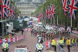 The peloton starts the first proper lap of the Prudential RideLondon Classique, a 66 km road race in London on July 30, 2016 in the United Kingdom. ©Velofocus