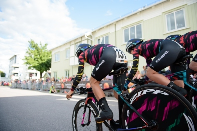 CANYON//SRAM Racing begin the 42,5 km team time trial of the UCI Women's World Tour's 2016 Crescent Vårgårda Team Time Trial on August 19, 2016 in Vårgårda, Sweden. (Photo by Sean Robinson/Velofocus)